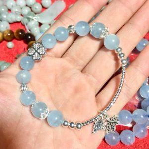 Vòng tay đá Aquamarine 8 li phối charm bạc lá phong Canada 1
